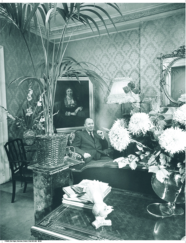 Christian Dior dans son appartement du 10, rue Royale à Paris, 1947.