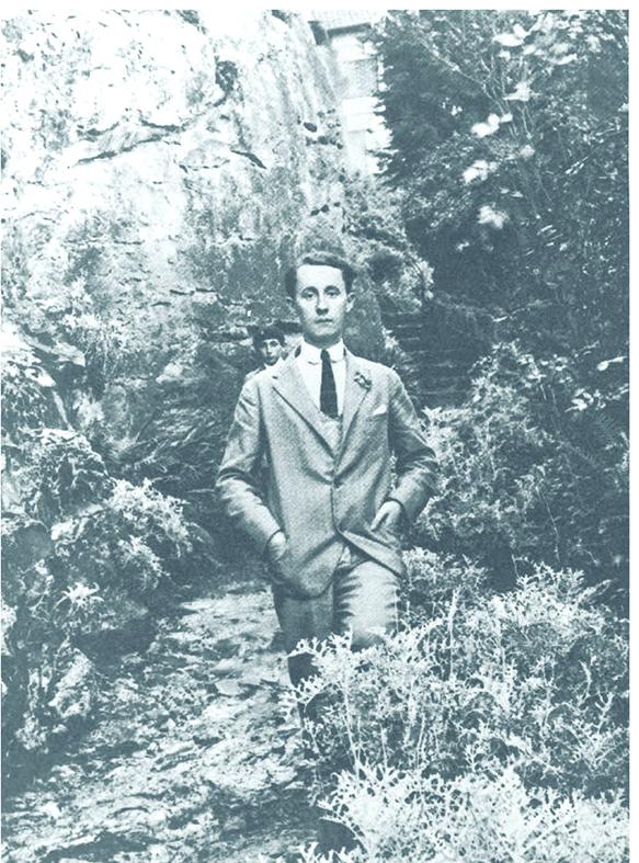 Christian Dior adolescent dans le jardin de la villa Les Rhumbs à Granville, vers 1920.