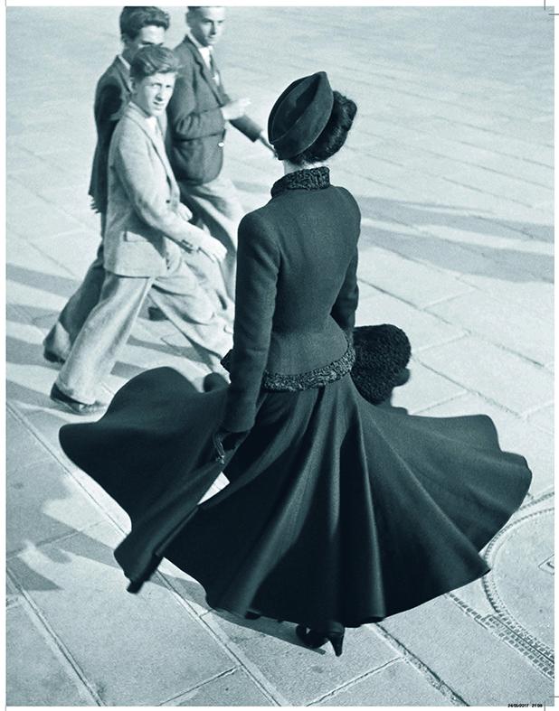 Renée, place de la Concorde, août 1947. Ensemble Palais de glace, collection haute couture automne-hiver 1947 (ligne Corolle). De jeunes zazous se retournent sur le mannequin Renée qui fait virevolter sa jupe en corolle emblématique du New Look. (Photo : Richard Avedon)